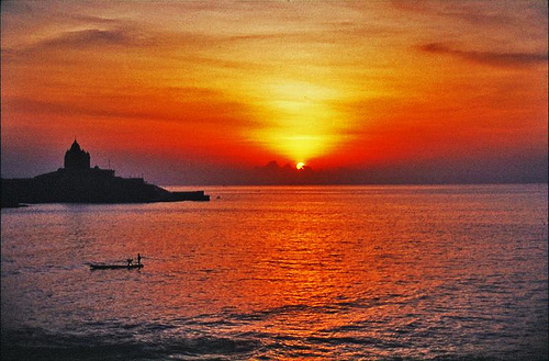 Kanyakumari, KanyaKumari Tourist Places, Tourists Places, Tourists Places in Kanyakumari, Top 10 Tourists Places in Kanyakumari, Best Tourists places in Kanyakumari, Best Places in Kanyakumari, Vivekanandha Rock Memorial, Vivekandar Mandapam, Thiruvalluvar Statue, Mahatma Gandhi Mandapam, Padmanabhapuram Palace, Thiruparappu Falls, Chitharal Jain Monuments, Coutralam Falls, Mathur Aqueduct, Sunset Point, Lord Subrmanya Temple,